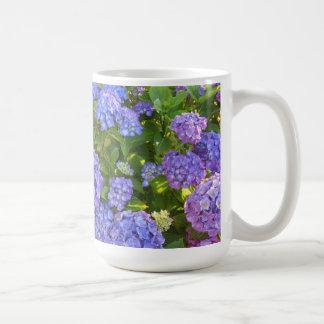 Hydrangeas púrpuras y azules taza clásica