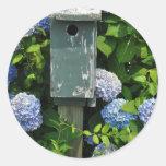 Hydrangeas y casas del pájaro pegatinas redondas