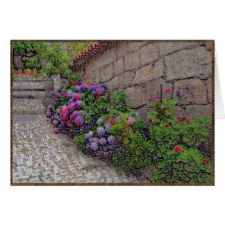 Hydrangeas y geranios en la calle del guijarro tarjeta de felicitación