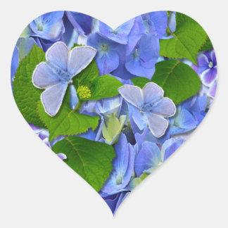 Hydrangeas y mariposas azules pegatina en forma de corazón