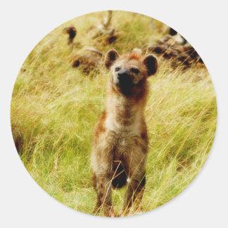 Hyena con el pegatina del wildebeest (gnu)