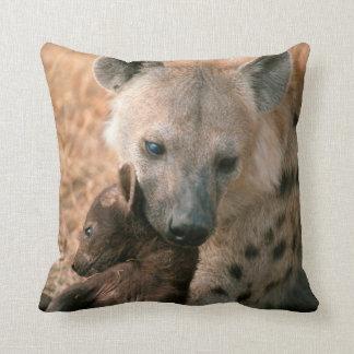 Hyena manchado (Crocuta del Crocuta) con el Cojín Decorativo