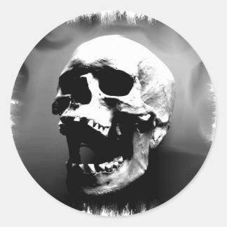 Hysteriskull que ríe el cráneo humano pegatina redonda