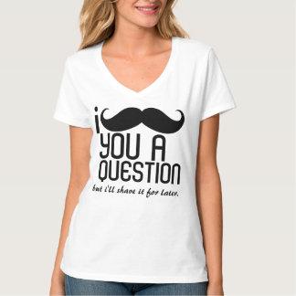 I bigote usted una camiseta del cuello en v de las