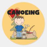 I camisetas y regalos Canoeing del muchacho del co Etiqueta Redonda