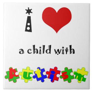 I corazón (amor) un niño con autismo azulejo cuadrado grande