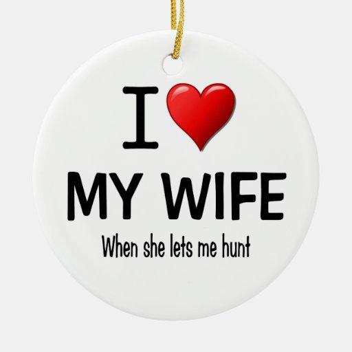 I corazón mi esposa cuando ella me deja cazar adorno redondo de cerámica