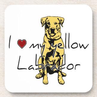 """I """"corazón"""" mi Labrador amarillo con el gráfico Posavasos De Bebida"""