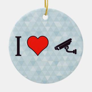 I corazón que guarda un ojo vigilante adorno navideño redondo de cerámica