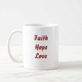 I fe, esperanza, y amor rosados del corazón taza clásica