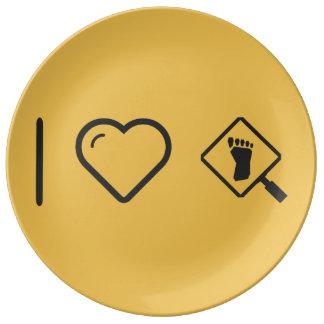 I huellas que magnifican del corazón plato de cerámica