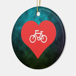 I jinetes de la bicicleta del corazón adorno redondo de cerámica
