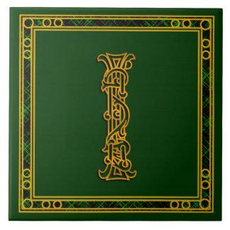 I monograma oro irlandés en las baldosas cerámic teja  ceramica