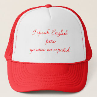 I speak English, pero yo amo en español. Trucker Hat