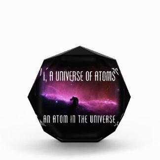 I, un universo de átomos.  Un átomo en el universo