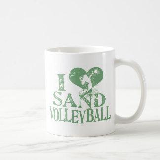 I voleibol de la arena del corazón taza