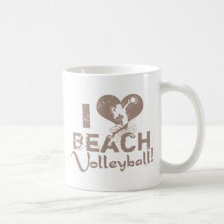 I voleibol de playa del corazón taza clásica