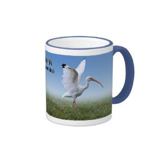 Ibis blanco con la extensión de las alas taza a dos colores