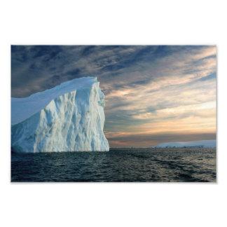 Iceberg antártico, aguas heladas, foto dramática d