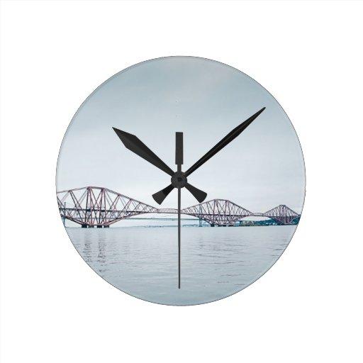 Icónico adelante cerque el puente con barandilla - reloj redondo mediano