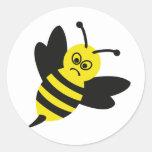 icono enojado de la abeja pegatina redonda