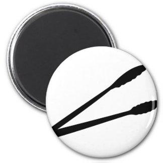 icono negro de las pinzas de la barbacoa iman de frigorífico