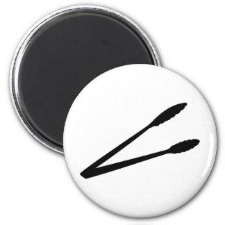 icono negro de las pinzas de la barbacoa imán redondo 5 cm