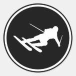 icono negro del esquí del esquí cuesta abajo pegatina redonda