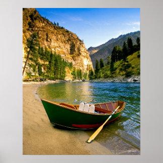 IDAHO, barco de pesca en una playa arenosa en Póster