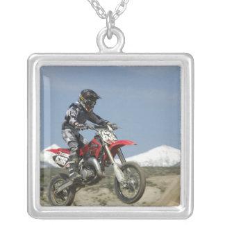 Idaho, motocrós que compite con, el competir con d collar plateado