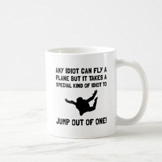 Idiota Skydiving Taza Básica Blanca