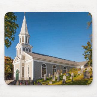 Iglesia católica de St Bernard con la colina vieja Mousepad
