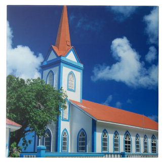 Iglesia colorida en la isla de Tahaa en Azulejo Cuadrado Grande