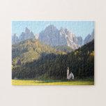 Iglesia con el fondo de la montaña de las dolomías puzzle