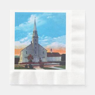 Iglesia cristiana blanca de la pequeña ciudad del servilletas desechables