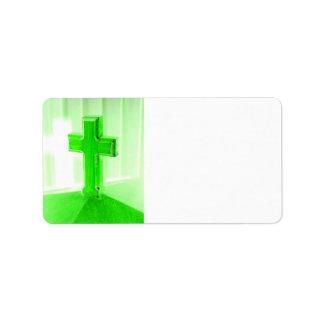 Iglesia cruzada de madera verde de la imagen de la etiqueta de dirección