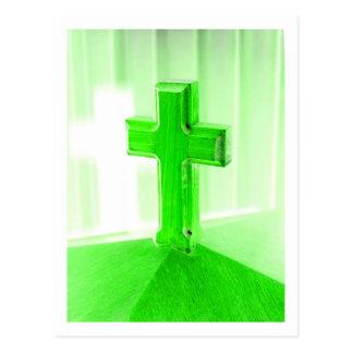 Iglesia cruzada de madera verde de la imagen de la tarjeta postal