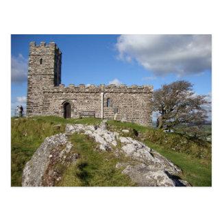 iglesia de piedra antigua y árbol azotado por el v postal