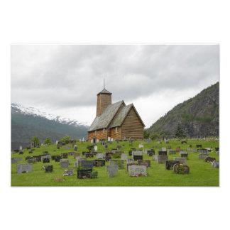 Iglesia del bastón con el cementerio en la foto de fotografías