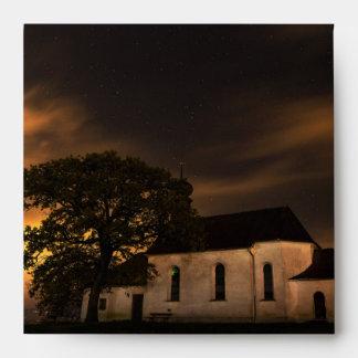 Iglesia del cielo nocturno sobres
