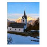 Iglesia del pueblo en la nieve postales