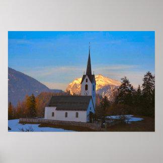 Iglesia del pueblo en las montañas póster
