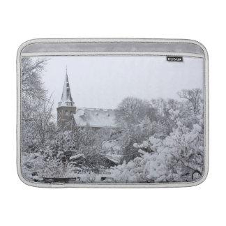 iglesia en nieve fundas MacBook