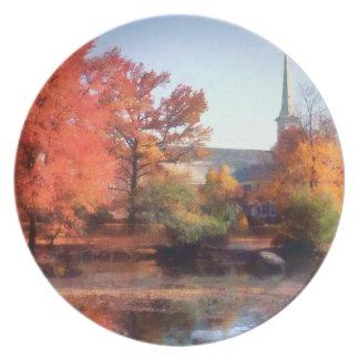 Iglesia en otoño plato de cena