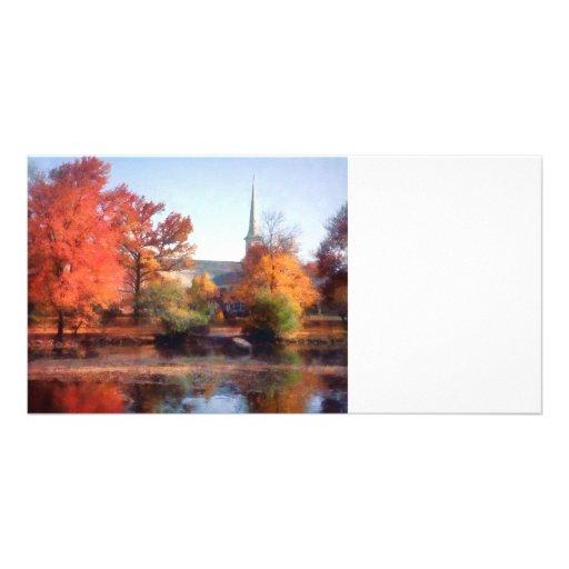 Iglesia en otoño tarjeta fotográfica