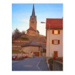 Iglesia en una colina tarjetas postales