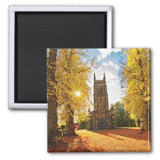 Iglesia gótica vieja, escocesa en otoño imán cuadrado