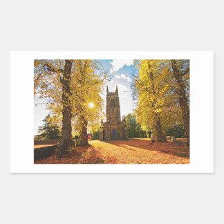 Iglesia gótica vieja, escocesa en otoño pegatina rectangular