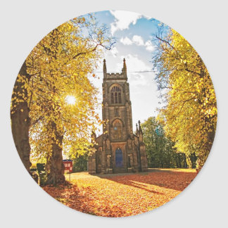 Iglesia gótica vieja, escocesa en otoño pegatina redonda