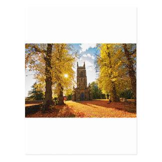 Iglesia gótica vieja, escocesa en otoño tarjeta postal